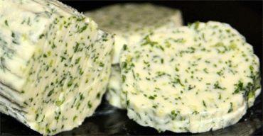 Это ароматное зеленое масло пригодится вам не раз, например, когда вам: 1) захочется добавить изюминку в стейк мясной или же рыбный 2) заправить пельмени 3) обогатить ароматами супчик 4) на бутерброды в конце-концов ингредиенты: 100 г сливочного масла 1 пучок укропа 1 зубчик чеснока 6 капель лимонного сока соль приготовление: Зелень моем и даем обсохнуть, срываем с пучка только нежные веточки, не трогая стебли. Масло размягчаем при комнатной температуре В блендере измельчаем укроп с чесноком…