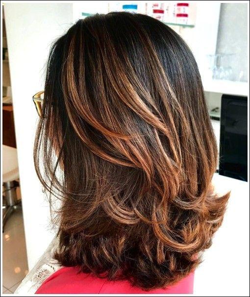 Mittellange geschichtete Haarschnitte