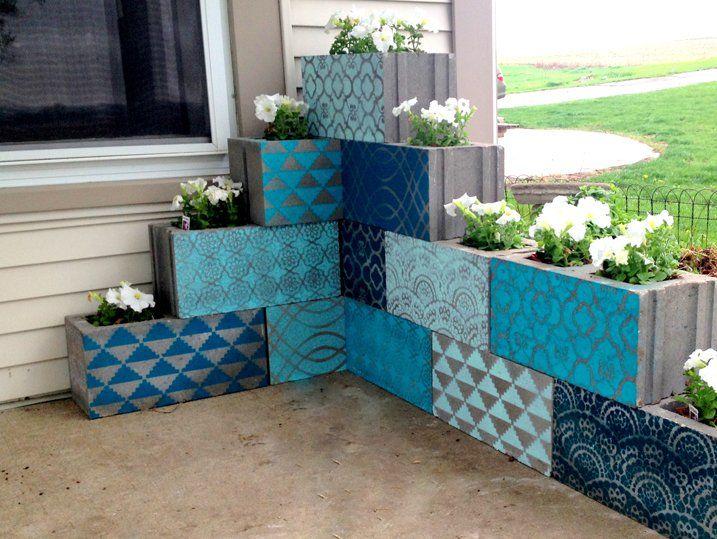 jardinières en béton faites maison en parpaings peints à motifs et plantes à fleurs