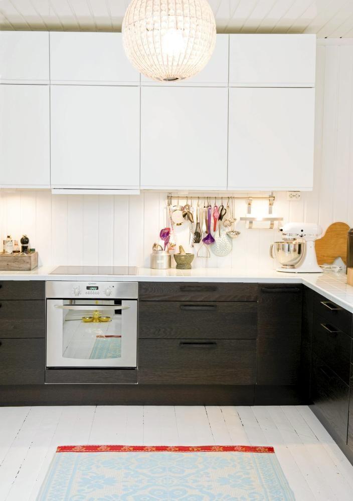 Kjøkkeninnredningen er fra Ikea. Benkeplaten har eieren laget selv ved å legge glassfliser på litexplater, og deretter satt lister på kantene. Varme kasseroller kan fint plasseres rett på benken, en praktisk liten detalj. Lampen i taket er fra Brødrene Kolstad.