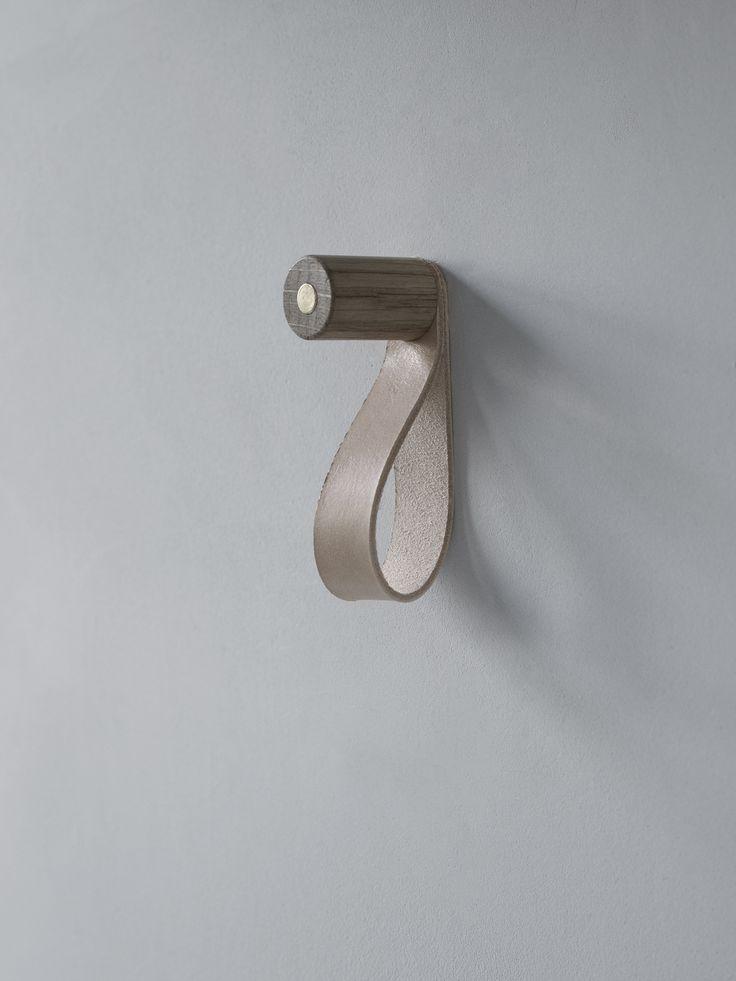 Super lækker knage med læderstrop og magnet. Knagen kan bruges til både entreen, køkkenet og soveværelset. Til tøj, knive og nøgler