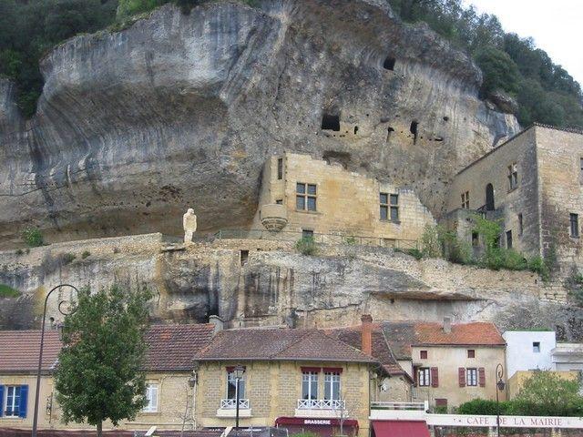 les eyzies de taillac - stolica sztuki prehistorycznej, miasteczko wtopione w nawis skalny, schronisko skalne, tam też muzeum sztuki paleolitycznej