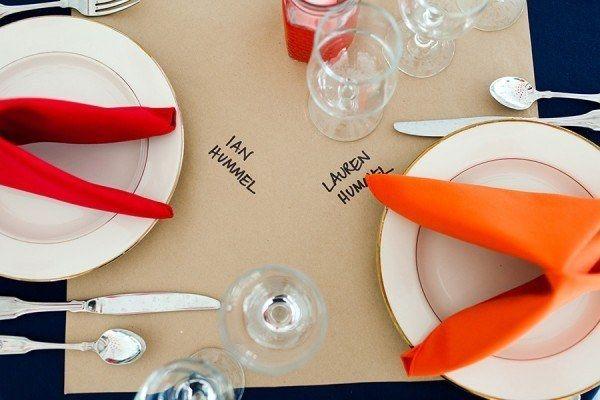 Potencia los puestos de una mesa neutra con servilletas que resaltan. | 35 maneras increíblemente creativas para agregar color a tu boda