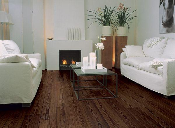 white sofa and white wall on laminate flooring laminat kieferholz schöne faserung wohnzimmer