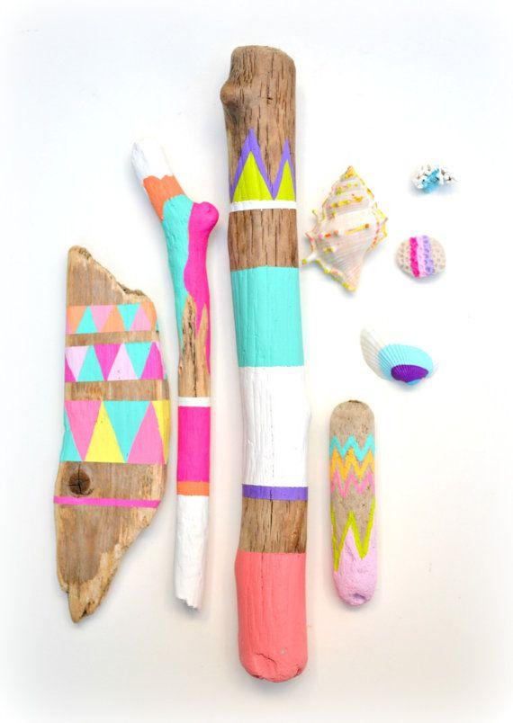 Bâtons et coquillages de Collection - Art du bois flotté, Tribal géométrique - Neon, Pastel, dortoir Decor - peinte de bois flotté, coquillages, plage, Boho