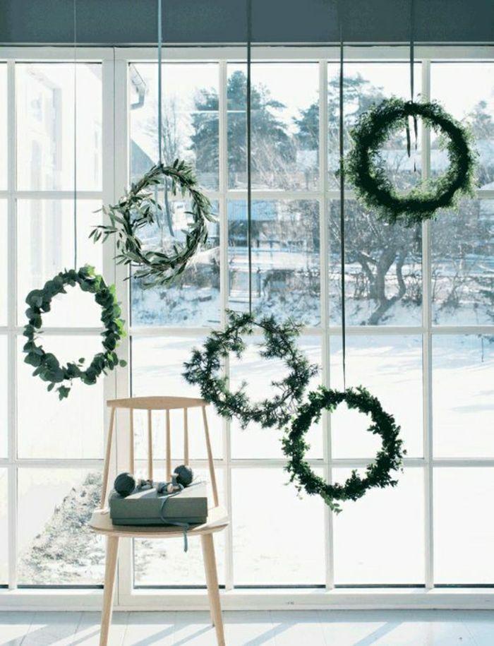 Fensterdeko mit Kranzen aus frischen Pflanzen verschiedener Art saisonale Deko für Ostern