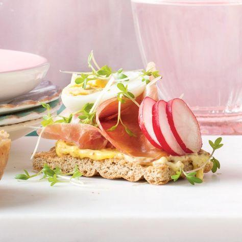 Knäckebröd met rauwe ham, kwartelei en radijs