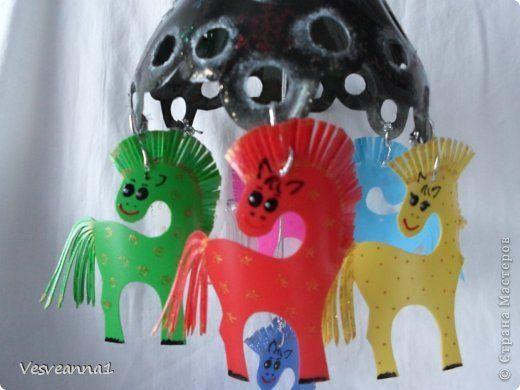Мастер-класс Поделка изделие Новый год Вырезание Карусель лошадок из пластиковых бутылок Бутылки пластиковые фото 1