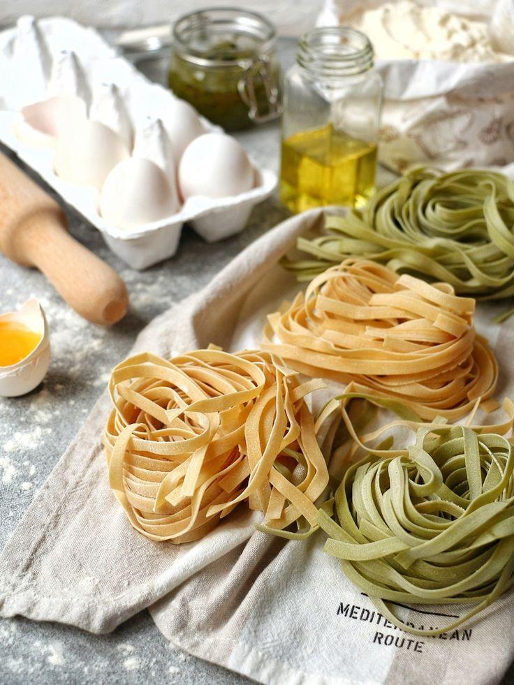 Ingredience: kapusta 1 kus (menší, na drobno nakrájená), brambory 1 kus (velká, oloupaná, nakrájená na kousky), máslo 125 gramů, pórek 2 kusy (nakrájené nadrobno), šalvěj 2 listy (čerstvé), nudle 450 gramů (celozrných, širších, tagliatelle), sýr Parmazán 100 gramů (nastrouhaného), sýr Blaťácké zlato 175 gramů (na kousky, lépe sýr Fontina), sůl, pepř, muškátový oříšek.