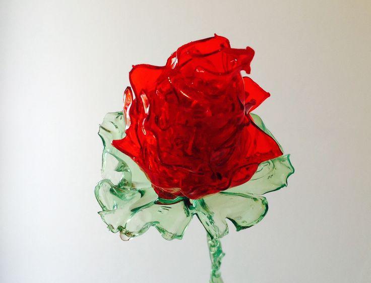 Bocciolo di rosa: bottiglie di plastica e prodotto effetto vetro. Lavorazione con una candela