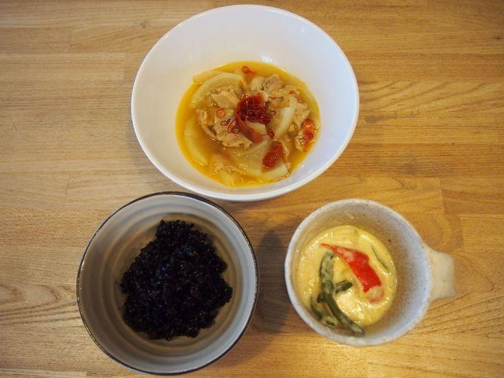 今日のお昼ご飯は「世界一辛い」と言われるブータン料理。  上からパクシャパ、左はエマダツィもしくはエマダチとも、右は黒米(本来は赤米)。