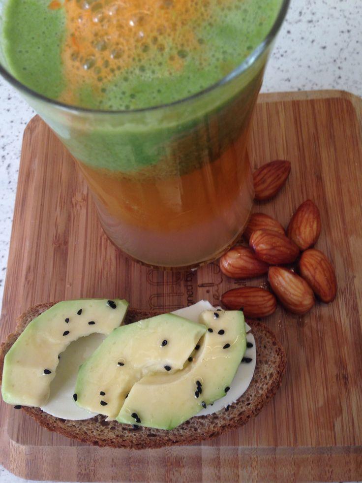 Pazartesi kahvaltısı: Kereviz sapı, kivi, brokoli, salatalık, yeşil elma, havuc, taze zencefil. + Taze badem + Çavdar ekmeği, keçipeyniri, avokado,çörekotu