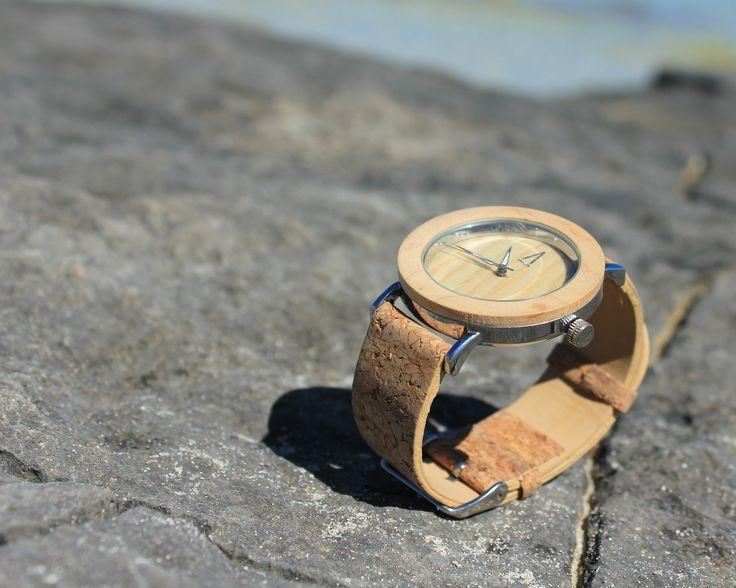 Irazú - Reloj unisex, realizado a mano, con caja de acero inoxidable y mecanismo interior japonés, bisel y dial realizados en madera tono claro, manecillas y logotipo en aluminio metalizado, esfera de cristal mineral y correa ajustable de corcho. - Precio: 39.99 euros. #amarantto #Kivú #reloj #watch #relojdemadera #madera #wood #estilo #style #diseño #design #moda #fashion #lifestyle #playa #beach #formentera