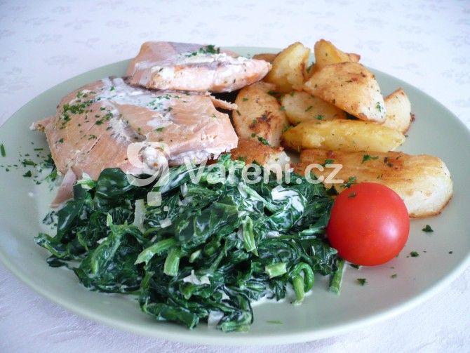 Pečeného lososa na másle podáváme se smetanovým listovým špenátem a opékanými brambory. Rychlý a snadný oběd nebo večeře.
