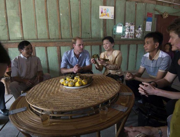 El príncipe Guillermo (2ºizda), duque de Cambrigde, toma arroz envuelto en hojas de plátano durante su visita a Mengman (China) hoy, miércoles 4 de marzo de 2015. EFE/John Stillwell