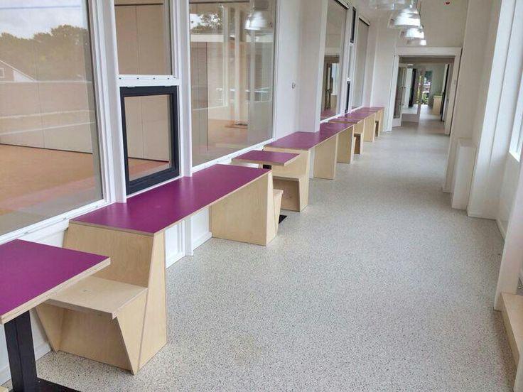 Leerplekken op de gang. Nog stoel tussenin bij lange tafel voor extra werkplek.