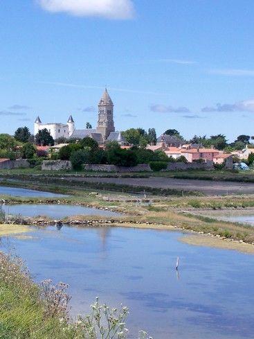 #Noirmoutier : une île de beauté en #Vendée : L'île de Noirmoutier située dans l'Atlantique, au large de la Vendée, est réputée pour la diversité de ses paysages, la beauté de ses plages de sable et la douceur de son climat. Les conditions climatiques y sont si clémentes que des mimosas y poussent et y fleurissent en hiver. En été, l'île fait le bonheur des amoureux de nature et d'activités nautiques.