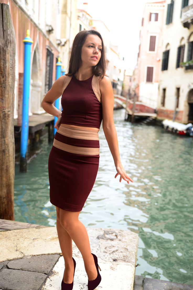 This matching skirt and top set is made of high-quality Italian ponte fabric. The main colour is rich, deep burgundy. Both pieces feature camel colour bends of the same fabric. The lenght of the crop top is slightly above the waistline and the pencil skirt is only just above the knee.