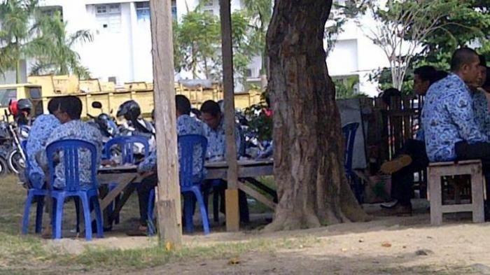 Foto PNS Kepergok Nongkrong di Warung Kopi Pas Upacara Bendera Ini Bikin…