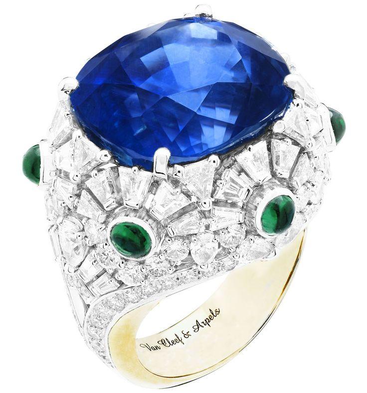 Van Cleef & Arpels anillo Riflesso Azzurro con año, en forma de pera, baguette y diamantes de corte triangular, esmeraldas cabujón de corte y una talla cojín zafiro en oro blanco y amarillo.  Desde Van Cleef & Arpels nueva colección de joyas 'Pierres de Caractère alta.
