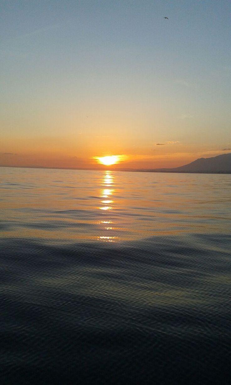 El sol se esconde (Marbella, Málaga) - Un atardecer marbellero en alta mar.  Es difícil escoger, Andalucía es todo belleza, pero me quedo con este momento.