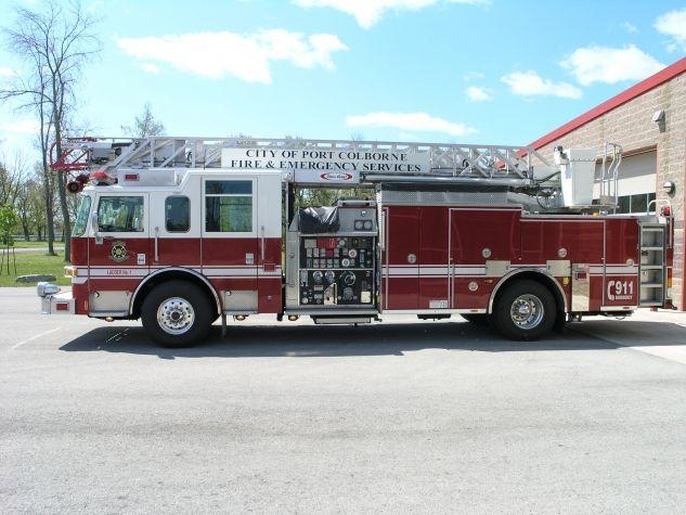 Port Colborne Fire Services  Ladder No. 1 - 2006 Pierce  400 Gallon Tank, 1050 Waterous Pump, 75' Ladder
