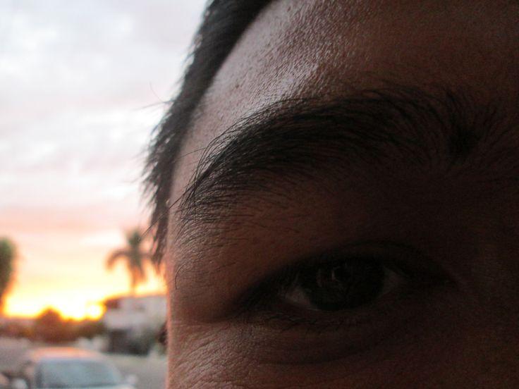 Semana 4. Fotografía sin rostro.  En las últimas semanas he vivido diversos tipos de pérdidas. Pensar y revisitar a la gente que amo enfocándome en detalles de ellos me parece un inicio para reflexionar en torno al tiempo que inexorablemente acaba con nosotros; sin embargo, estar aquí, ahorita es fundamental para nuestra experiencia vital. Aquí no solamente se ve una parte del rostro de mi pareja, sino quise también registrar el atardecer del norte de México donde nos encontramos ahorita.