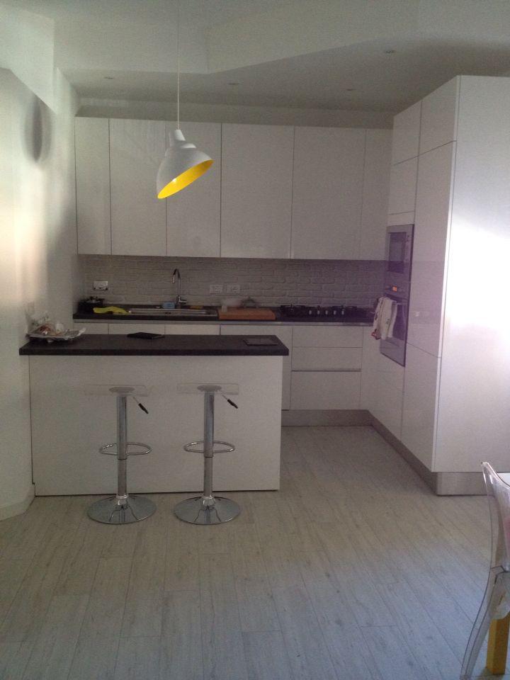 Oltre 25 fantastiche idee su cucina bianca lucida su pinterest - Rivestimento cucina bianca ...