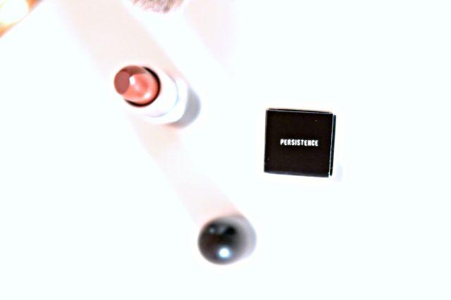 MAC PERSISTENCE LIPSTICK   Er stond niet per se een nieuw Mac lipstick op mijn lijstje. Toen ik weer eens op zoek ging naar mooie bruin tinten kwam ik terecht bij de kleur Persistence. Een mooie bruine nude kleur die geschikt is voor iedere dag. En ik besloot deze te kopen vandaar dit review.  De huls is zoals altijd met hetzelfde Mac design. Een simpel maar luxe design. Daar houd ik wel van.  De lipstick heeft een mooie bruine kleur met een rode ondertoon. Hij heeft een mooi pigment en valt…