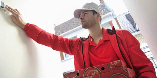 Violenza domestica, chiama la polizia e ordina una pizza per salvarsi dal compagno violento (FOTO)