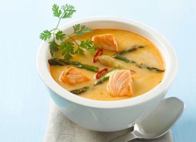 Thai fiskesuppe med laks i rød curry i en skål