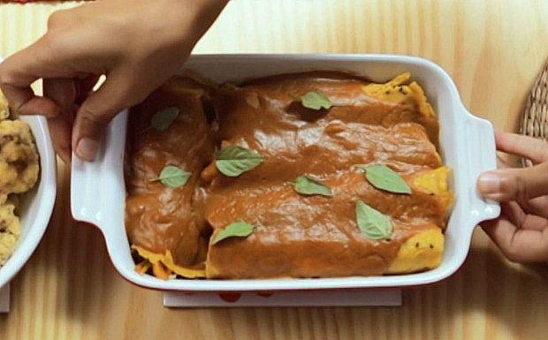 Panqueca de legumes com molho de beterraba com cenoura - Versão mais saudável com massa feita com farinha de arroz e de grão-de-bico