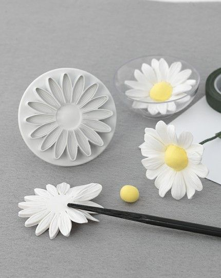 http://www.sigrazie.biz/prodotto-145321/Gerbera-Grande-Stampino-ad-espulsione.aspx How to make a natural looking fondant daisy cute!