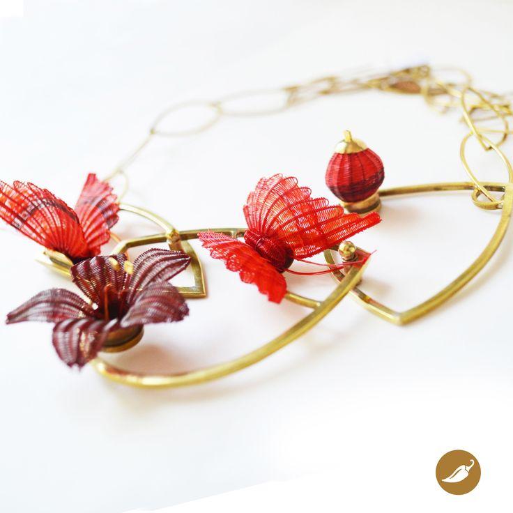 Collar  de colección. Cadena de bronce con aplicaciones  de artesanía en crin. Diseño de Monoco para tienda Ají, Diseño Imprescindible. www.tiendaaji.cl