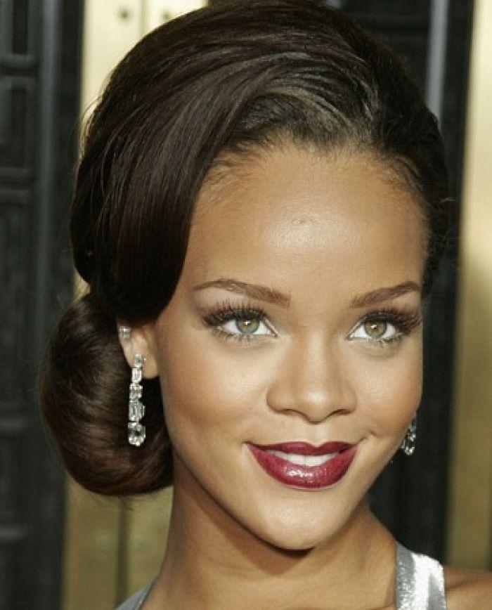 Rihanna chignon bas et frange sur le c t coiffures - Chignon bas cote ...
