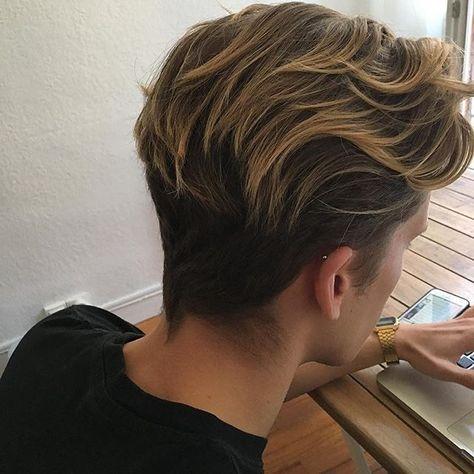 Strähnen kommen besonders in den Längen nochmal sehr stylisch zur geltung. Wenn du es nicht gleich übertreiben möchtest, versuch es einfach mit Stähnen die nur 2-3 Farbtöne Heller sind. Weniger auffallend, lässt aber Deine Haare Frischer und noch Schöner wirken. Ausprobieren! !Follow @LNPHMHair for more!