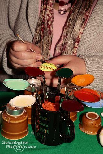 Für die Bossiertechnik wird das bunte Wachs in verbogenen Löffeln mit Teelichtern erhitzt.