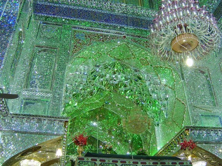 Shah Ceragh é o nome deste local sagrado que foi construído há muito tempo, no século 12. Na língua persa, significa 'O Rei da Luz'.