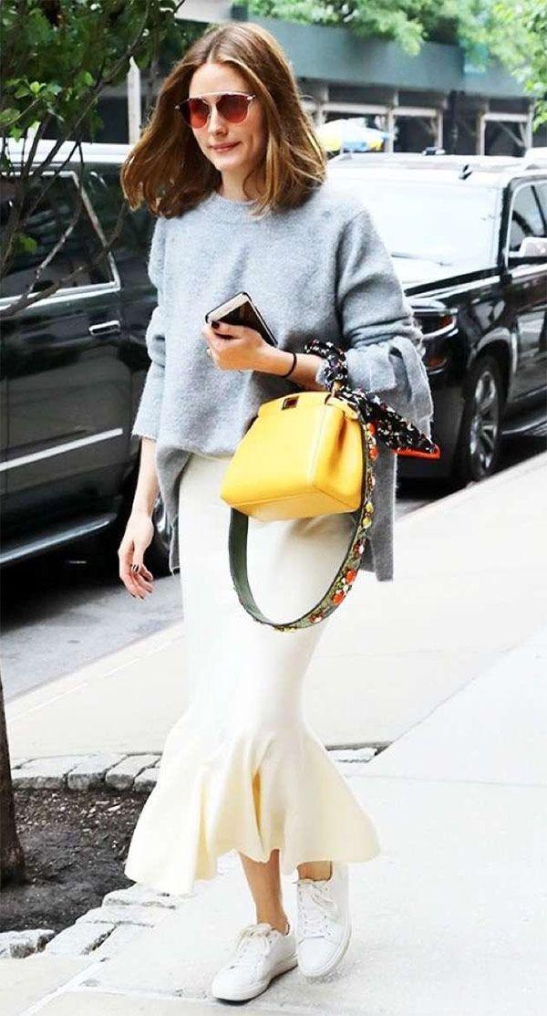Street style look com saia sereia midi, suéter e tenis branco