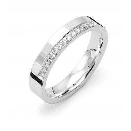 Tidlös förlovningsring/vigselring i 18k vitguld från Flemming Uziel i serien Signo. Ringen har 15 stycken diamanter infattade på totalt 0,15ct Wesselton SI. Ringen är 4,0mm bred och 1,8mm hög. Välj Colorful Love, en 0,01ct färgad diamant som infattas tillsammans med ringarna inskription (på insidan).