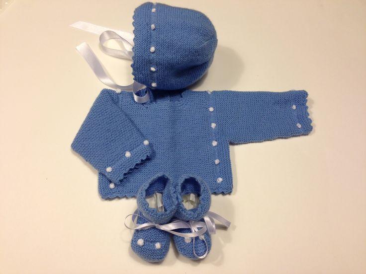 Conjunto Jersey, capota y patucos de bebe a mano color azulón