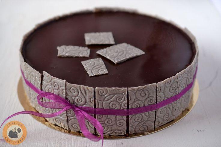 """Ez a torta egy nagyon kedves barátnőm, Niki kérésére készült el. Az volt a """"feladatom,"""" hogy valahogy a klasszikus Sacher torta ízvil..."""