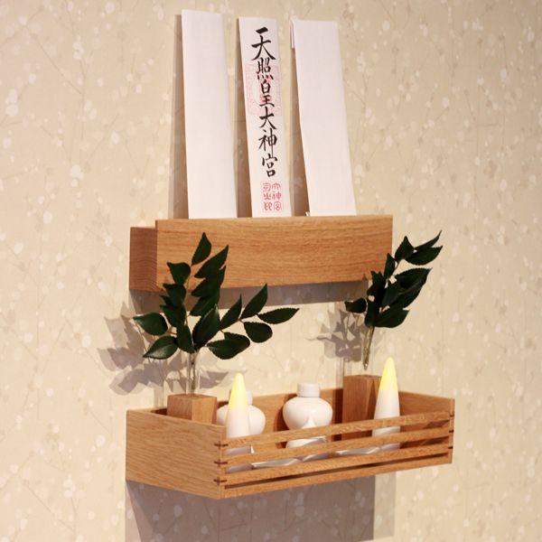 札掛け・神具台・榊入れの組合せの、おしゃれな神棚【mico】シリーズ。無垢材の木目が美しいシンプルモダンな神棚インテリアに合わせて4種類の色から、お選びいただけます。