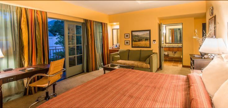 A Junior Suite King room.