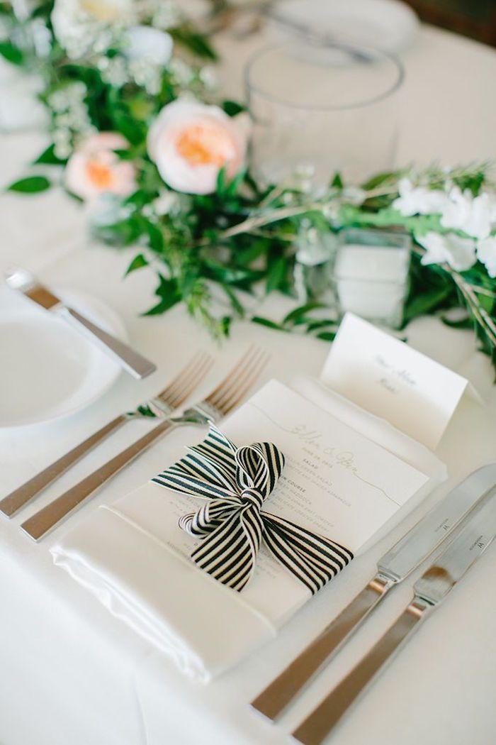 Simple Tischdekorations-Idee mit schwarz-weißem Band – menu card with black and white striped bow
