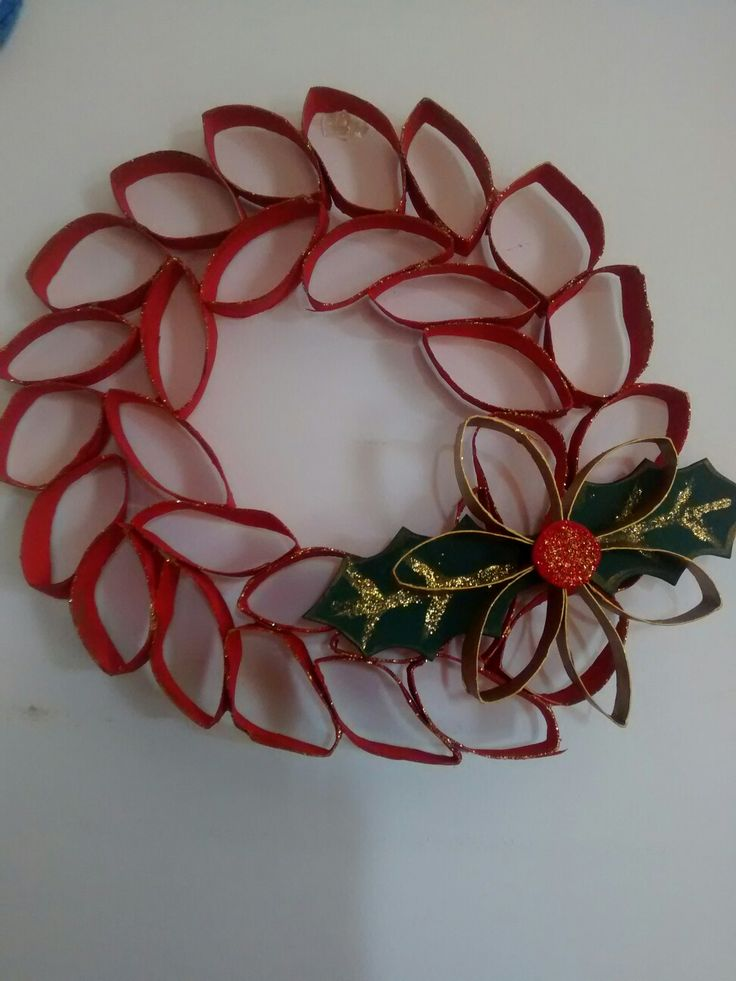 corona de Navidad con tubos de papel