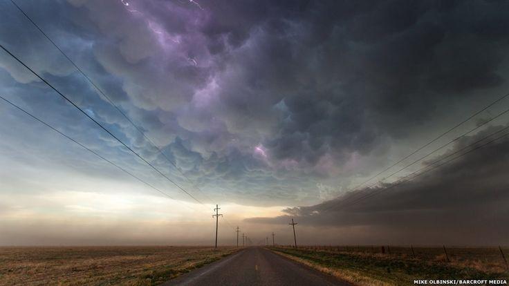 """Uma grande cortina de nuvens """"mammatus"""" se forma no Texas e um raio encontra um caminho entre as bolhas no céu. Crédito: Mike Olbinski / Barcroft Media"""