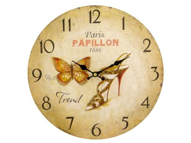 Okrągły, wskazówkowy zegar ścienny z motywem damskiego bucika to stylowa i praktyczna dekoracja do domu. Z pewnością znajdzie zastosowanie w wielu wnętrzach i stylizacjach. Ma  duże i czytelne cyfry oraz wygodny uchwyt do zawieszenia na ścianie. Z tyłu znajduje się pokrętło do ustawiania czasu. Ø 34 cm