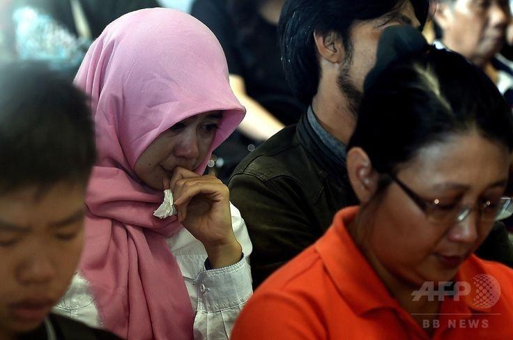 インドネシア・スラバヤ(Surabaya)の国際空港で、消息を絶ったエアアジア(AirAsia)機に乗っていた家族の安否を心配する人々(2014年12月29日撮影)。(c)AFP/MANAN VATSYAYANA ▼29Dec2014AFP 「呪いか」 嘆くマレーシア、1年で旅客機3機に悲劇 自然災害も http://www.afpbb.com/articles/-/3035383 #QZ8501