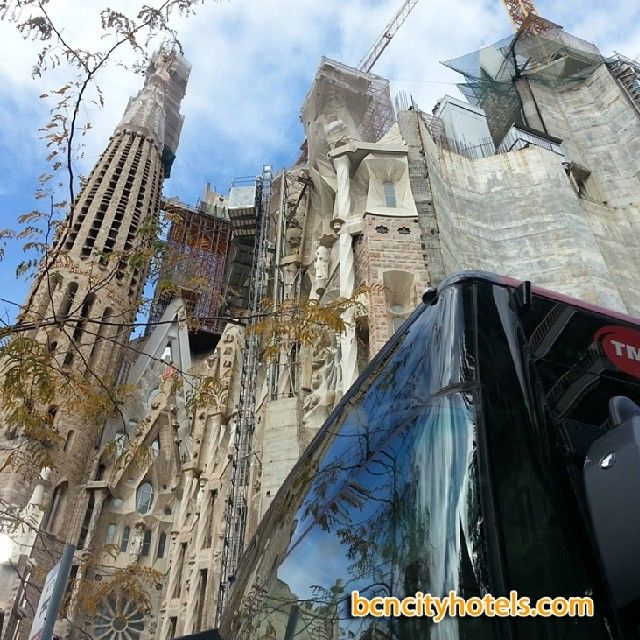 how to get to sagrada familia by bus